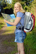 Frau beim Wandern mit Karte