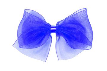 Nœud décoratif bleu en tulle sur fond blanc