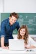 zwei schüler benutzen den laptop im unterricht