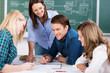 Leinwandbild Motiv schüler bei einer gruppenarbeit im unterricht