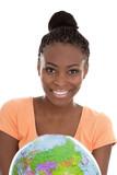 Farbige junge Frau isoliert - Teenager mit einer Weltkugel