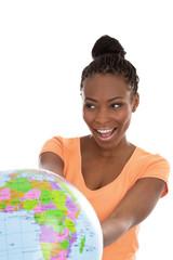 Farbige Frau mit einer Erdkugel oder Globus isoliert