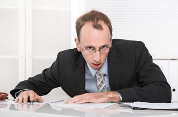 Mann frustriert, wütend und gestresst im Büro