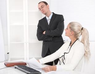 Kollegen Mann und Frau: Zusammenarbeit im Büro