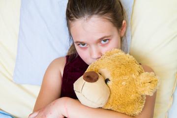 Bambina triste a letto