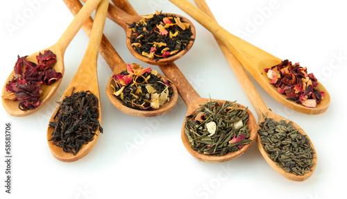 asortyment-suchej-herbaty-w-lyzki-samodzielnie-na-bialym-tle