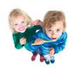 2 Mädchen putzen Zähne