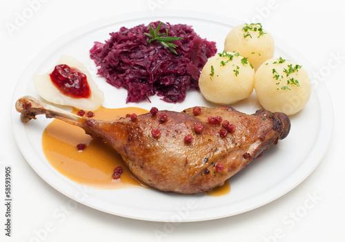 Gänsekeule mit Rotkohl und Cranberry-Sauce
