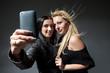 zwei junge Frauen fotografieren sich mit einem Smartphone