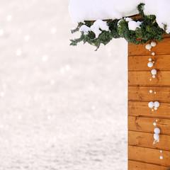 skihütte im schnee mit winterdeko
