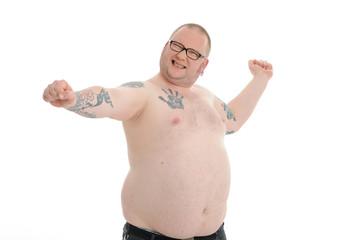 korpulenter mann mit freiem Oberkörper streckt sich