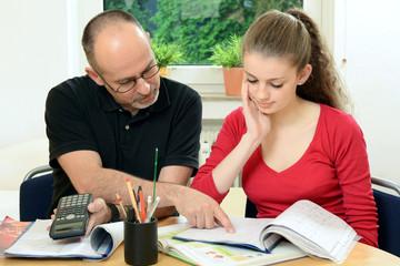 Schüler bekommt Nachhilfe in Mathematik