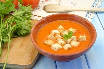 Sopa de gazpacho fria con tomate,pan,jamon y verdura