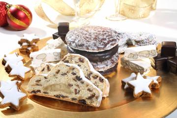 dolci natalizi torte e biscotti  piatto oro sfondo bianco