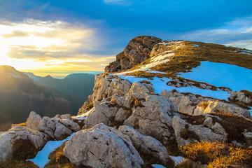 Crête rocheuse sous les derniers rayons du soleil