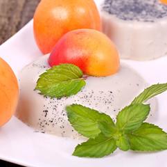 Panna Cotta mit frischen Aprikosen