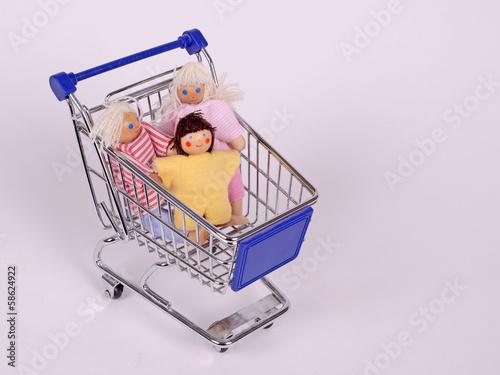 puppen im einkaufswagen