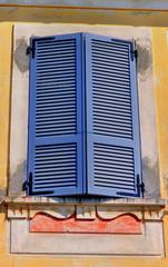 volets bleus sur façade orcre
