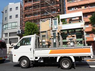 サッシを積載したトラック