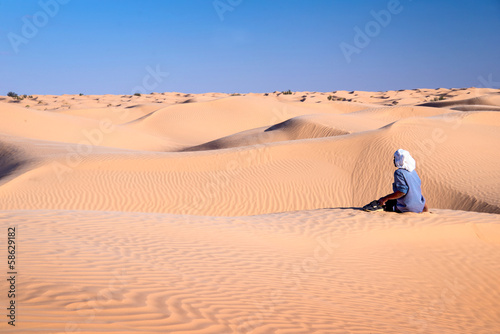 Fotobehang Tunesië Touareg dans les dunes, Grand erg oriental, Tunisie
