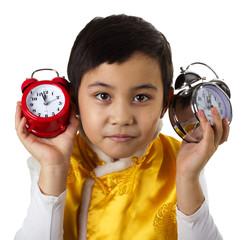 мальчик прислушивается к часам