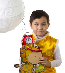 мальчик достал часы из подарочного пакета