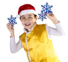 мальчик в костюме гномика держит снежинки