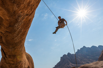 Kletter hängt im Seil