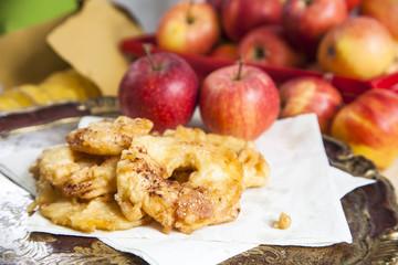 Ciambelle di mele con mele fresche