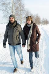 Lachendes Paar beim Winterspaziergang