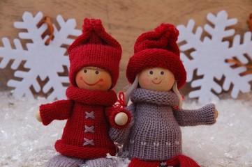 Puppenkinder auf Holz mit Schneeflocken