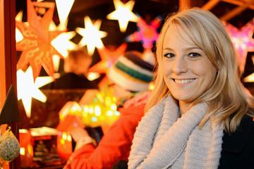 Frau besucht Weihnachtsmarkt