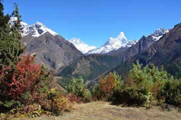 Непал, Гималаи, , в центре пики Лхоцзе и Амадаблам