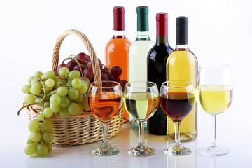 Cestino con uva e bottiglie di vino