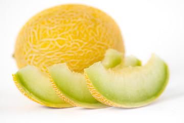 Scheiben von Melone isoliert auf dem weißen Hintergrund