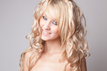 jeuen femme blonde long cheveux souriante