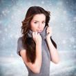 junge brünette Frau vor Schneelandschaft