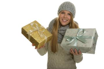 Frau warm angezogen ist glücklich über so viele Geschenke
