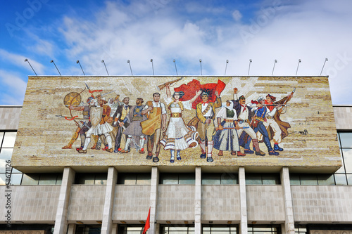 Leinwanddruck Bild The Albanians mosaic on the facade of the National Historical Mu