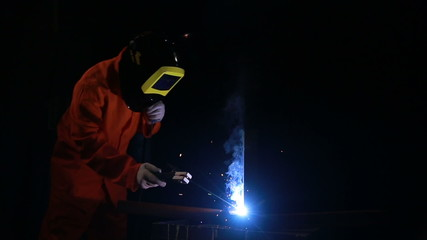 welder working in a mask