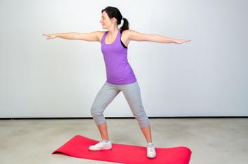 junge frau macht eine yogaübung