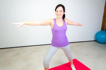 junge frau beim yoga üben
