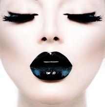 Moda Uroda model dziewczyna z czarnym makijaż i długie lushes