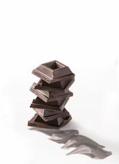 quadratini di cioccolato su sfondo bianco