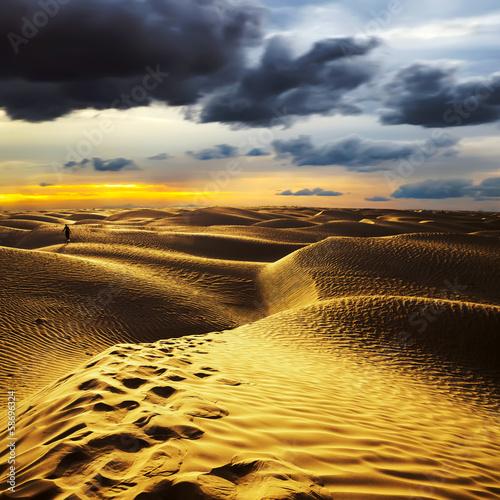 Fotobehang Tunesië Sunset in the Sahara desert - Douz, Tunisia.