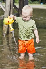 Junge spielt im Wasser