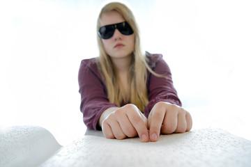 Junge blinde Frau liest Braille