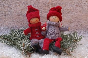 Winterkinder - Holzpuppen mit Tannenzweig im Schnee