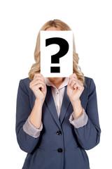 Blonde Frau mit Fragezeichen vor dem Gesicht