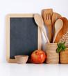 piccola lavagna con utensili da cucina